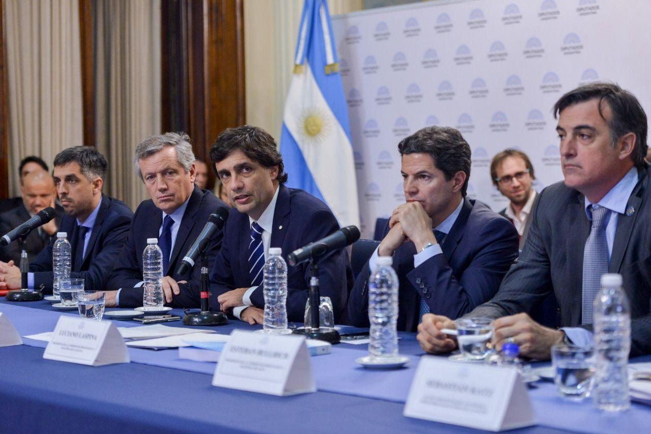 Hernán Lacunza y la mesa de varones en la presentación del Presupuesto 2020