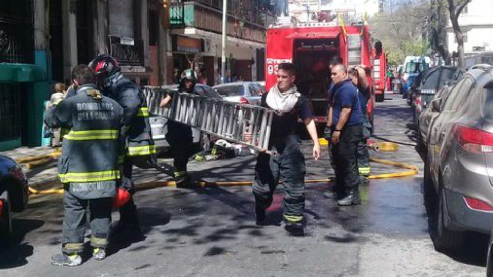 El incendio de un hotel familiar en Flores dejó grave saldo.