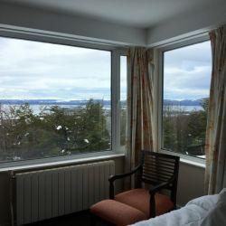 Vista de un extremo de la habitación en el hotel Los Acebos de Ushuaia.