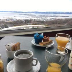 El desayuno en el hotel Los Acebos de Ushuaia tiene esta espectacular vista a la bahía.