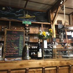 Ramos Generales es el bar, restó y almacén más característico de Ushuaia. Todo lo que se ve, está a la venta.