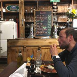 La hamburguesa de conejo es uno de los manjares que se sirven en Ramos Generales. Es enorme pero satisface al parroquiano más hambriento.
