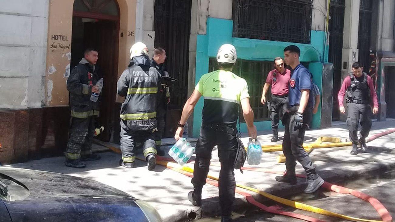 Incendio y drama en un hotel de Flores: murió un nene de dos años
