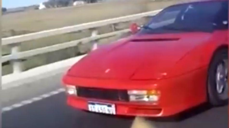La imagen de la Ferrari que estaba pasando la Renault Sandero, instantes antes del vuelco.