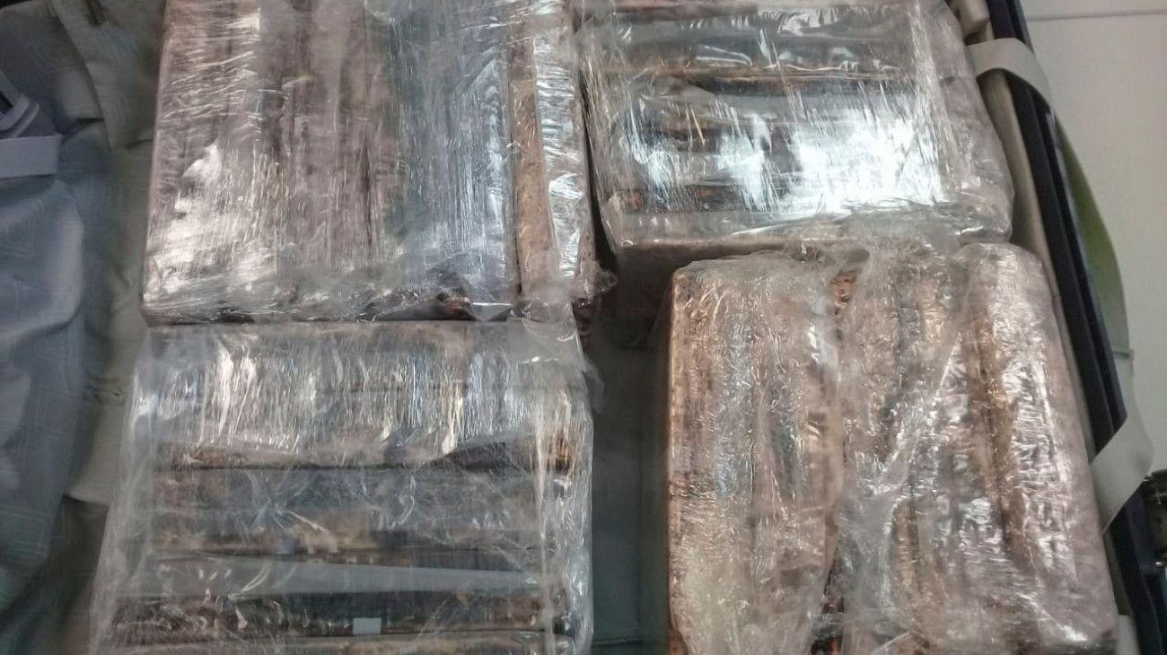 Unos 250 kilos de cocaína que iban a ser trasladados a España en valijas fueron secuestrados en el aeropuerto de Ezeiza