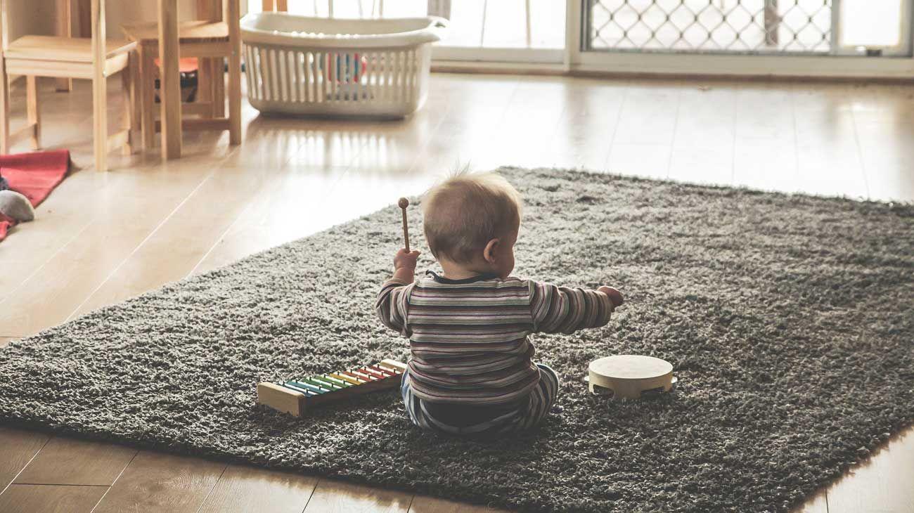 """Los niños de desarrollo típico comienzan a producir las primeras palabras alrededor de los 18 meses y aprende 3 palabras nuevas cada 8 horas de vigilia. A los 2 años, logra combinarlas en frases de dos componentes: """"Mamá agua""""."""