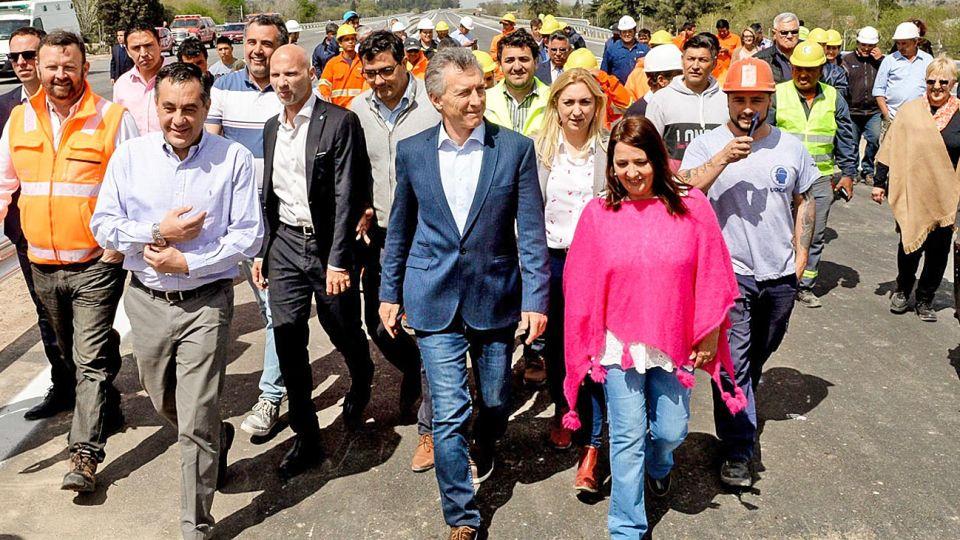 Caminata. Macri recorrió ayer obras en la autopista del Buen Ayre.
