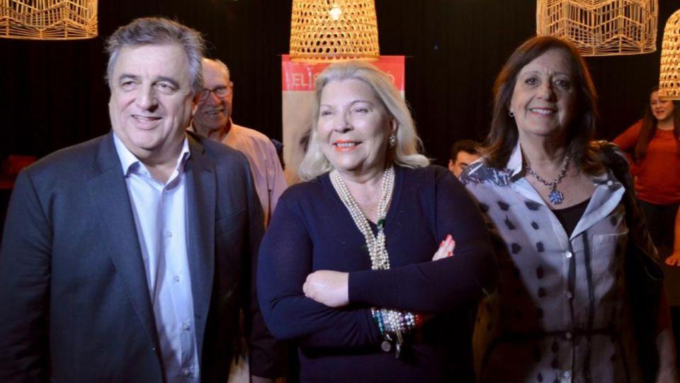 """El legislador radical Mario Negri junto con la líder de la Coalición Cívica, Elisa Carrió, en la presentación de su libro """"Vida""""."""
