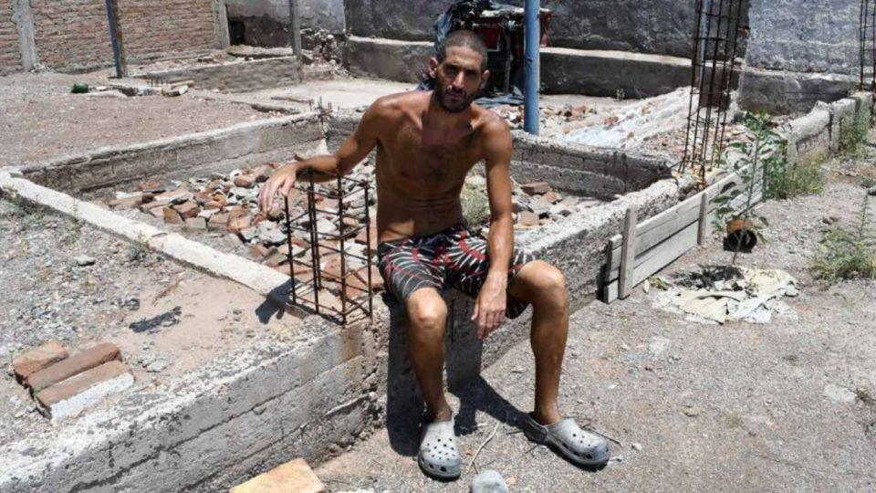 Imagen de archivo | En enero, Nicolás Gil Pereg posó para las cámaras a escasos metros del lugar donde encontraron los cuerpos de su madre y su tía.