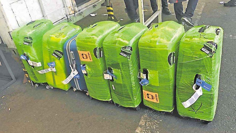 Droga. Los narcos no se preocuparon por camuflarla: llenaron las valijas, hicieron el check in y las despacharon.