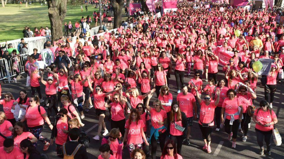 La Caminata Avon contra el Cáncer de Mama reunió a una multitud en Palermo.