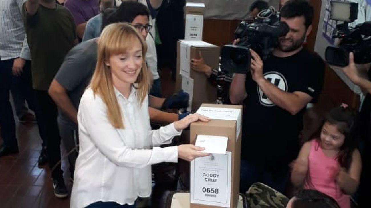 Anabel Fernández Sagasti, al momento de emitir su voto en las elecciones a gobernador en Mendoza.