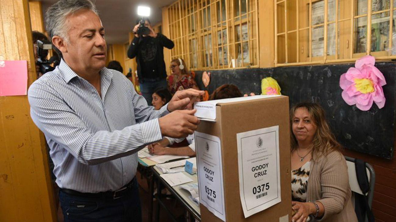 El gobernador Cornejo votando en Mendoza.