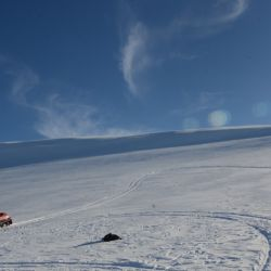 Excursión en moto de nieve al volcán Batea Mahuida para disfrutar la sensación de alunizaje sobre lava derramada hace miles de años.