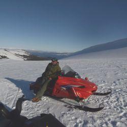 El espejo de agua del lago Aluminé refleja invertidos los picos blancos de las montañas, mientras la lejanía se eriza de conos blancos de volcán.