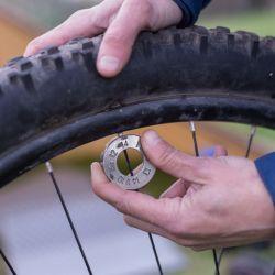 Reapretar los rayos 1/4 o 1/2 vuelta despues de rodar la bici con carga ayuda a mantener la rueda centrada correctamente.