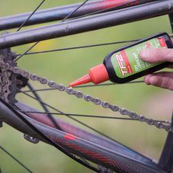 Mantener la cadena lubricada y limpia hará la diferencia en la durabilidad de la transmisión.