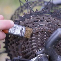 Llevar un pequeño pincel o un viejo cepillo de dientes para limpiar la cadena esporádicamente es parte importante del buen mantenimiento de la transmisión.