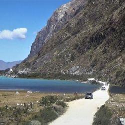 Quebrada de Llanganuco. Entre altos farallones de piedra, la caravana transita un itsmo para atravesar el último tramo de la laguna Orconcocha (Laguna Macho).