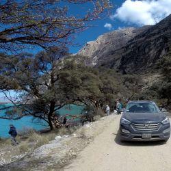 La caravana se detiene a sacar fotografías al borde de la laguna y a la sombra del bosque de queñoas.