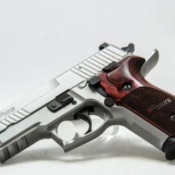 El mismo tamaño compacto que hizo de la P228 el arma predilecta de las agencias de la ley, se mantiene en la P229.