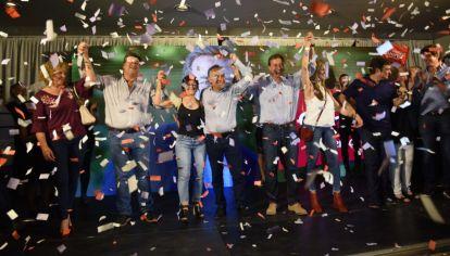 El festejo del gobernador Alfredo Cornejo y el triunfador Rodolfo Suárez en Mendoza.