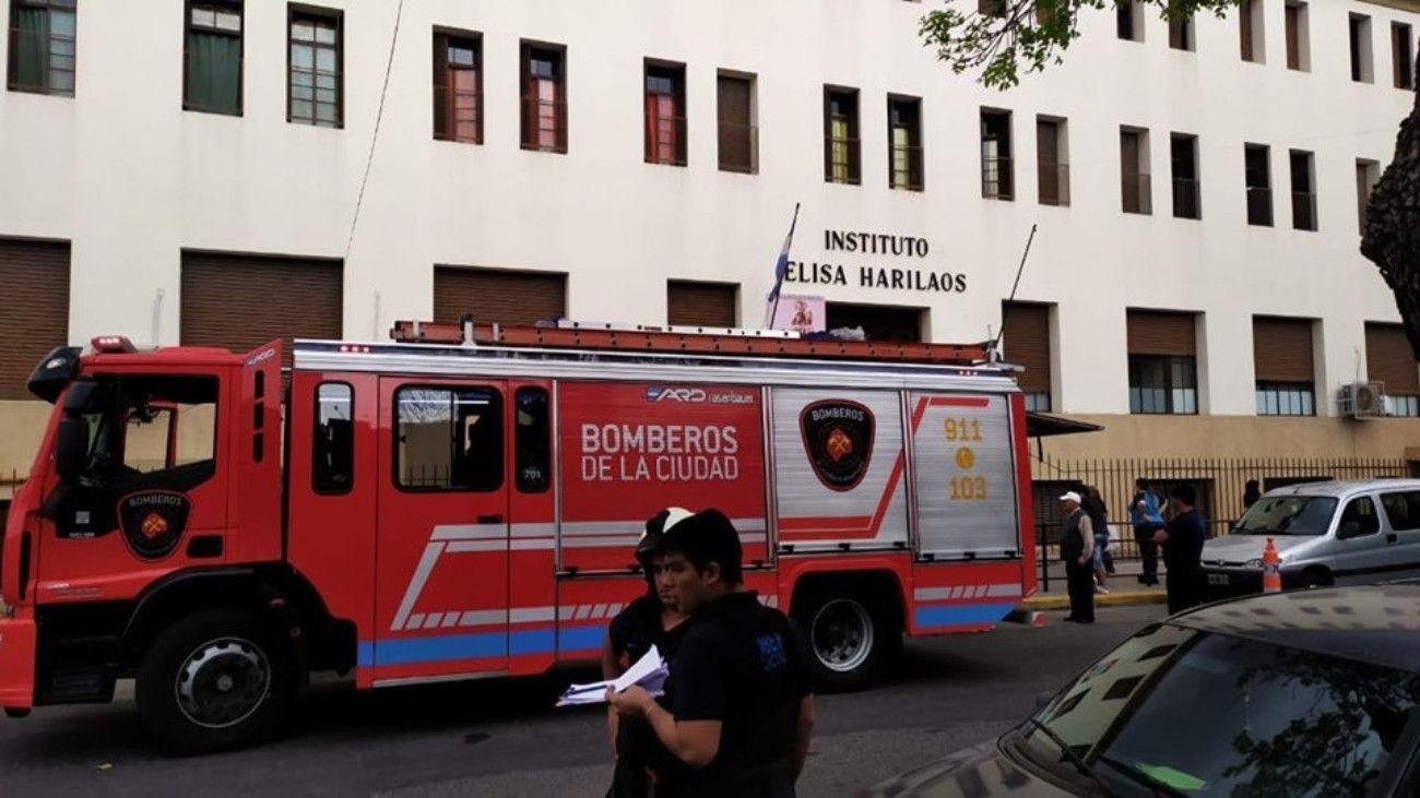 Un alumno cayó de un segundo piso en el Instituto Elisa Harilaos.