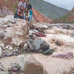 El grupo de caminantes posa en las aguas no siempre calmas del río Iruya, camino a San Isidro.