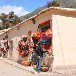 Una de las calles de Purmamarca que lleva al colorido cerro local.