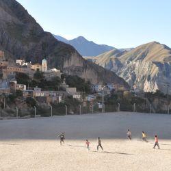 La cancha de fútbol de La Banda, enfrentada al pueblo  de Iruya.