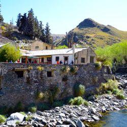 Pueblo Escondido, ubicado sobre el final de las Sierras Grandes, donde Córdoba se hace San Luis, cerro Áspero es una de las citas ineludibles del cordón comechingón al que se llega desde Merlo.