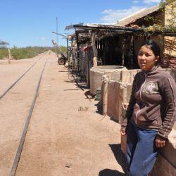 Mikaela Romero en Los Colorados, sobre las antiguas vías del ferrocarril.