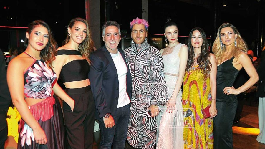 Paul García Navarro, director de Multitalent Agency, junto a sus modelos y Nico Reydel.