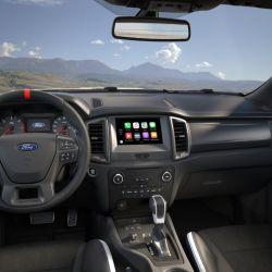 """Equipada con volante multifunción con centro rojo, pantalla táctil de 8"""", GPS especial para off-road y sistema de mandos por voz."""