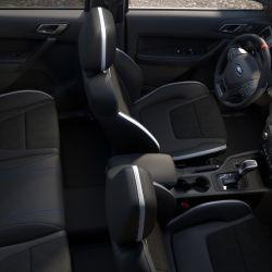 El interior muestra un alto nivel de equipamiento con butacas ergonómicas exclusivas eléctricas y calefaccionadas.