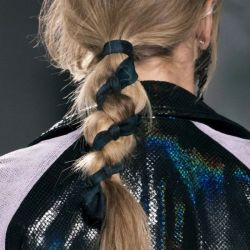 Trenzas con pañuelo: la tendencia que nos dejaron las principales pasarelas