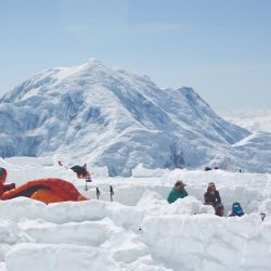 Campamento en zona de nieve, sobre una plataforma cavada para que quede enterrado y más protegido de los vientos. También cuenta con un parapeto armado con nieve compactada.