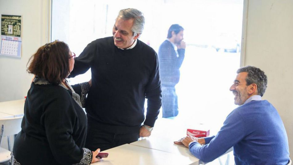 Alberto Fernández acompañado por Florencio Randazzo en una recorrida de campaña.