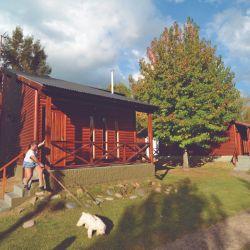 Sobre el río Sarmiento está Aires del Delta, un complejo de 16 cabañas de dos pisos revestidas con troncos.