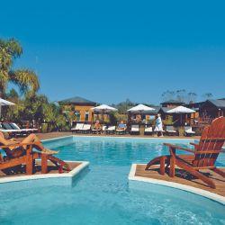 Delta Eco Hotel posee una piscina climatizada dentro de un gran cubo de cristal y otras dos al aire libre (una posee nado contra corriente).