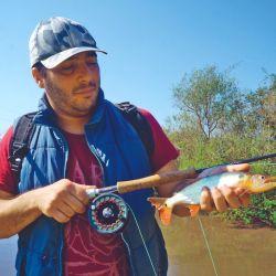 Diego Pitt y un dientudo real, pescado en un arroyo.