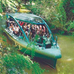 La moderna lancha de Natventure se mete por ríos y canales.
