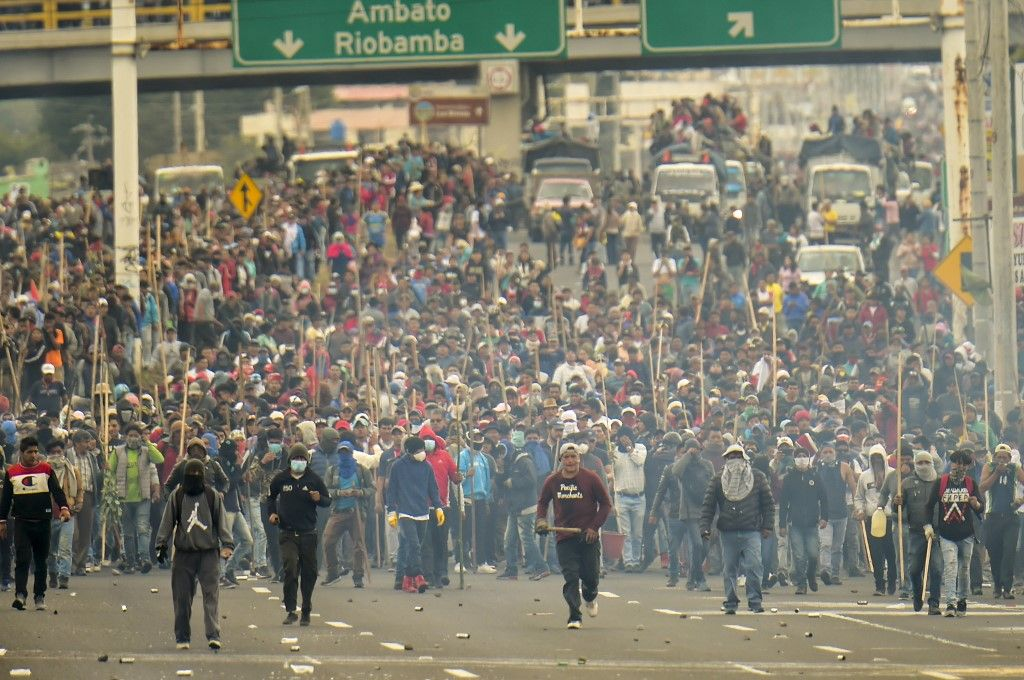 """Extrema tensión en Quito: manifestantes capturan policías al grito de """"asesinos"""""""