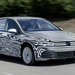 El nuevo Volkswagen Golf circulando camuflado en la fase de pruebas.
