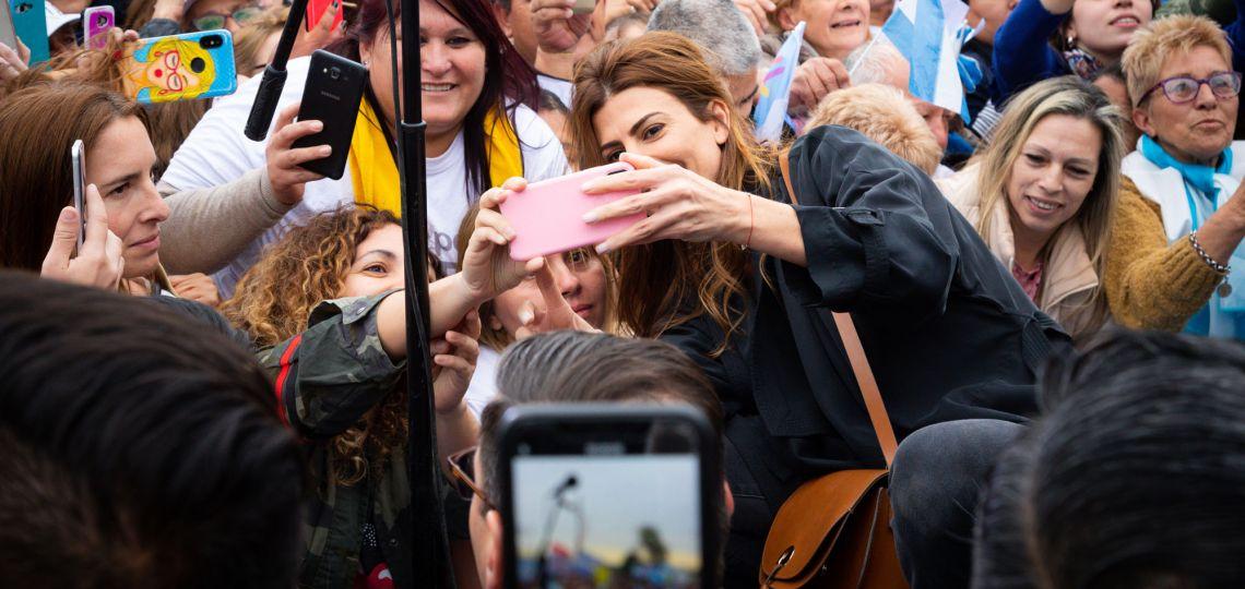 """En fotos: los looks de Juliana Awada en la gira del """"Si se puede"""""""