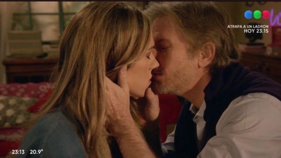 El beso más esperado entre Facundo Arana y Mariana Genesio Peña