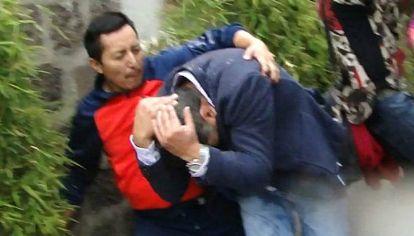 Freddy Paredes, quien trabaja para el canal ecuatoriano Teleamazonas, fue agredido cuando salía delÁgora de la Casa de la Cultura, en el centronorte de Quito