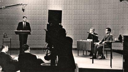 EE.UU. El primer debate transmitido fue entre Kennedy y Nixon.