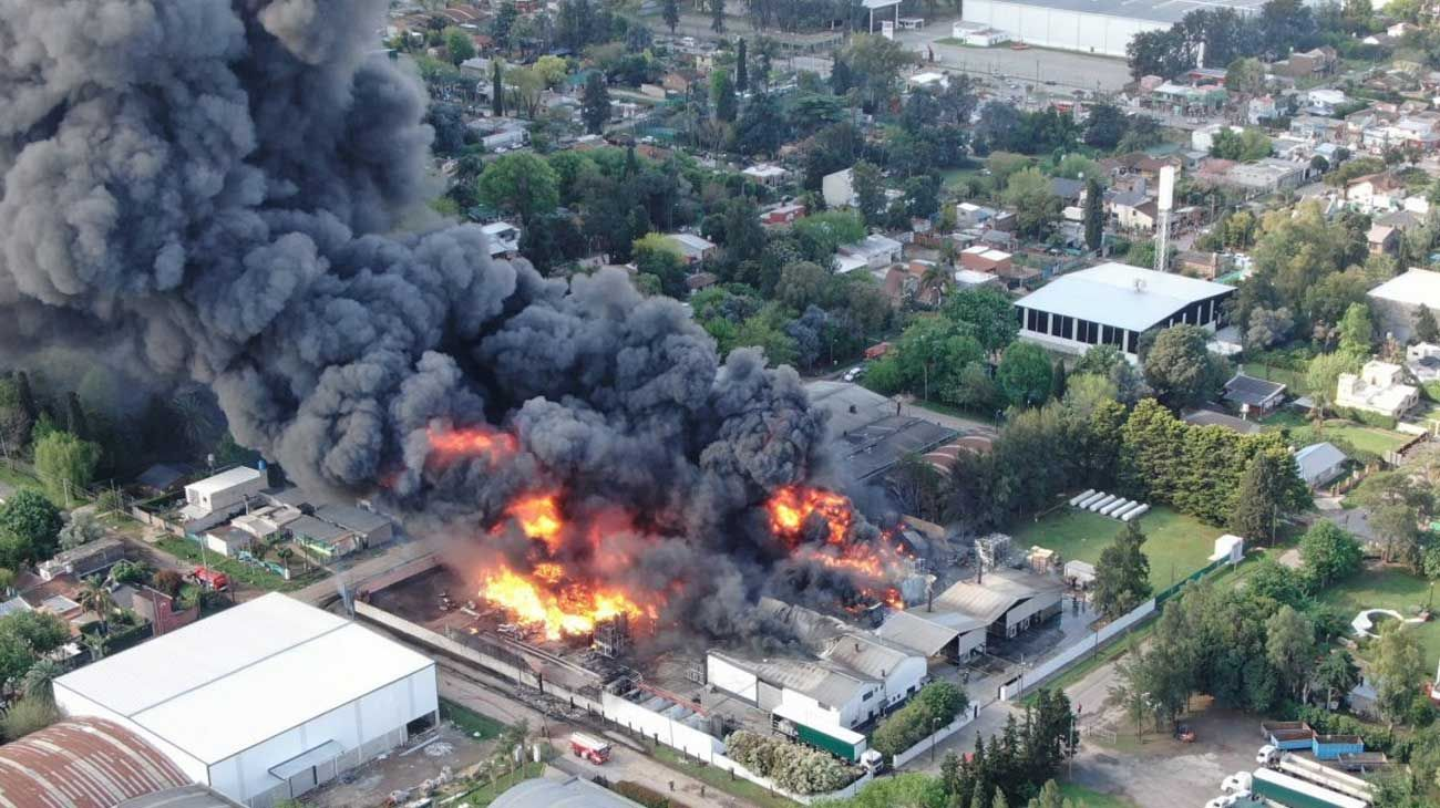 Voraz incendio en el Polo Industrial de Benavídez