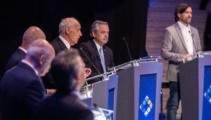 Otras vistas del debate y los moderadores.